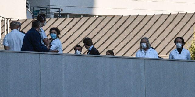 Franske presidenten Macron besökte under dagen en avdelning för coronasmittade. ANNE-CHRISTINE POUJOULAT / TT NYHETSBYRÅN