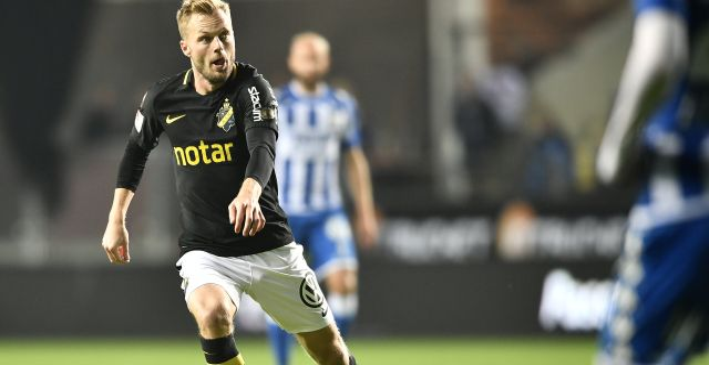 AIK:s Sebastian Larsson med bollen under torsdagens fotbollsmatch i allsvenskan mellan IFK Göteborg och AIK på Gamla Ullevi. Björn Larsson Rosvall/TT / TT NYHETSBYRÅN