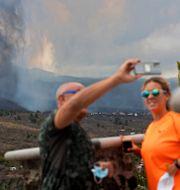 Ett par tar en selfie framför vulkanen. Gerardo Ojeda / TT NYHETSBYRÅN