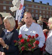 Stefan Löfven (S) delar ut blommor tillsammans med hustrun Ulla Löfven. Anders Wiklund/TT / TT NYHETSBYRÅN
