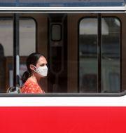 Två kvinnor på en spårvagn i Wien. Ronald Zak / TT NYHETSBYRÅN