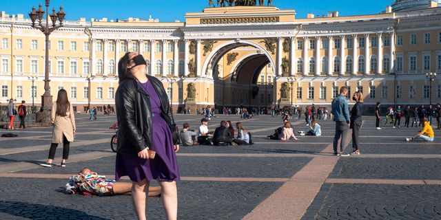 Kvinna med munskydd i Sankt Petersburg. Dmitri Lovetsky / TT NYHETSBYRÅN