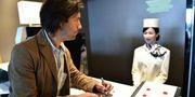 """I receptionen jobbar ingen """"vanlig"""" personal, även om en av robotarna ser ut som en kvinna. AP"""