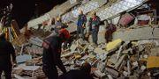 Räddningspersonal letar överlevare efter skalvet i östra Turkiet. ILYAS AKENGIN / Demiroren News Agency (DHA)