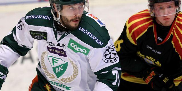 Färjestads Jesse Virtanen och Brynäs Linus Ölund under torsdagens match i veckan. Mats Åstrand / TT NYHETSBYRÅN