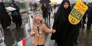 Kvinna och barn under ceremonin på måndagen. ATTA KENARE / AFP