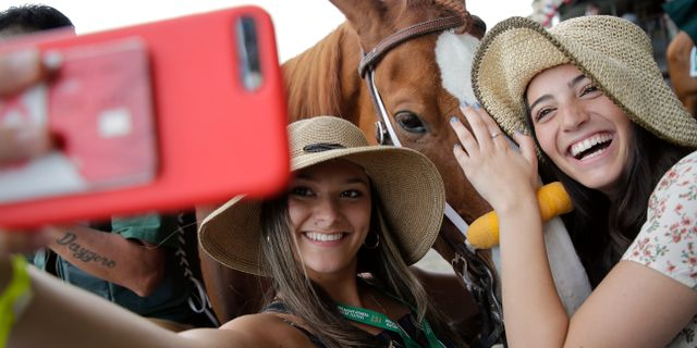 Selfie vid Belmont Stakes hästkapplöpning i New York.  Seth Wenig / TT NYHETSBYRÅN/ NTB Scanpix