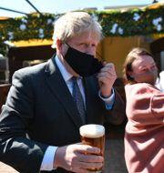 Storbritanniens premiärminister Boris Johnson tar en öl på en uteservering i staden Wolverhampton den 19 april.  Jacob King / TT NYHETSBYRÅN
