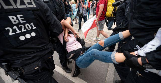 Demonstrant grips i Berlin.  Fabian Sommer / TT NYHETSBYRÅN