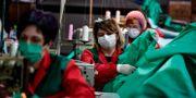 Volontärarbetare tar fram medicinsk utrustning i Spanien.  Alvaro Barrientos / TT NYHETSBYRÅN