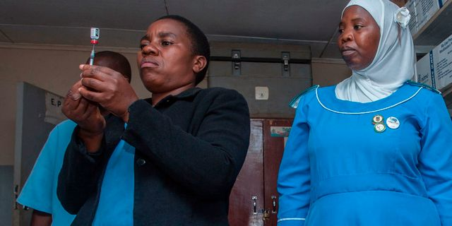 Sjuksköterskor ger malariavaccin i Malawi idag. AMOS GUMULIRA / AFP