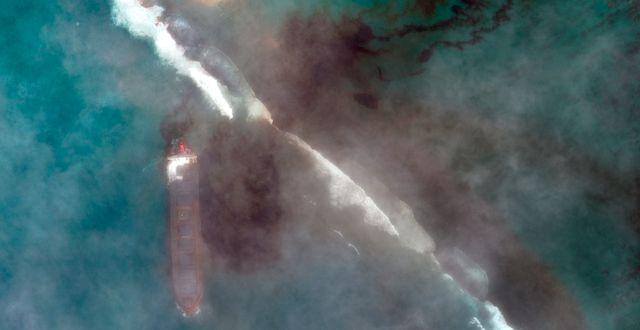 Flygbild visar utsläppet från lastfartyget MV Wakashio. TT NYHETSBYRÅN