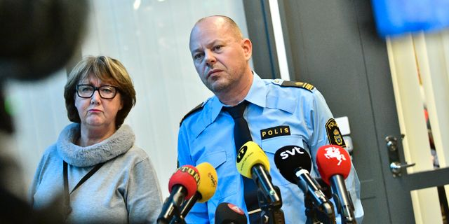 Polisen i Malmös presstalesperson Ewa-Gun Westford och polisinspektör Stefan Svensson. Johan Nilsson/TT / TT NYHETSBYRÅN