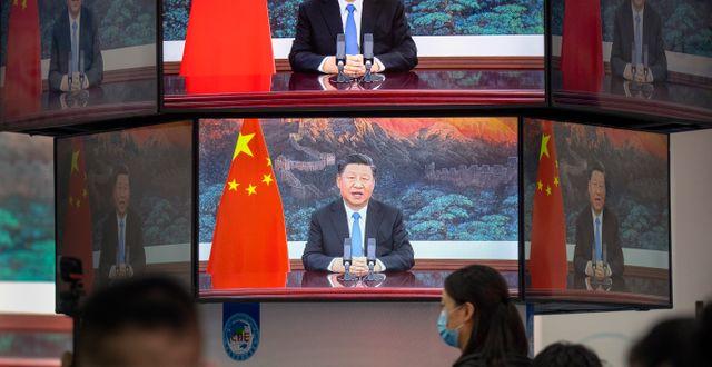 Arkivbild: Ett tal av Kinas president Xi Jinpings sänds på tv-skärmar i Shanghai, november 2020.  Mark Schiefelbein / TT NYHETSBYRÅN