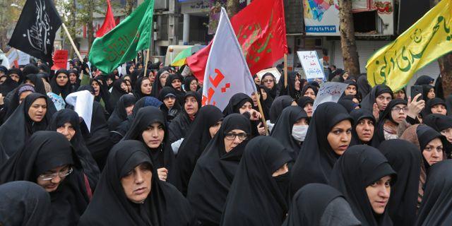 Iranska kvinnor närvarar vid begravningen av en soldat för det statskontrollerade revolutionsgardet som dödades under protesterna. ATTA KENARE / AFP
