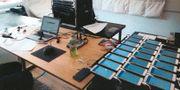 Tre män åtalas för att ha fuskat på högskoleprovet genom att använda mycket små hörsnäckor. Laptop där korretka svar sammanställdes. Ljudmixerutrustning med röstförvrängare. Uppkopplade telefoner. Foto: Polisen Polisen förundersökningsprotokoll