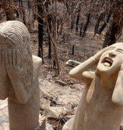 Sandskulpturer av brandchefen Ron Threlfall i branddrabbade Nerrigundah i New South Wales. Rick Rycroft / TT NYHETSBYRÅN