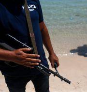 Polis som bevakar en strand i Sousse. Arkivbild.  Darko Vojinovic / TT NYHETSBYRÅN