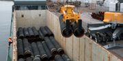 Två och två lyfts Nord Stream 2 rören ut ur lastutrymmet på fartyget Klaverbank i hamnen i Karlshamn. Arkivbild från oktober 2017. Johan Nilsson/TT / TT NYHETSBYRÅN