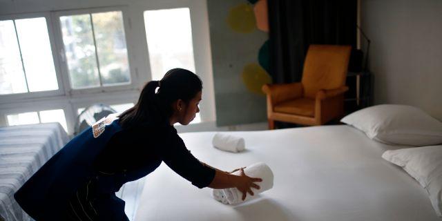 Kvinna gör i ordning en lägenhet för Airbnb i Paris. Thibault Camus / TT NYHETSBYRÅN/ NTB Scanpix