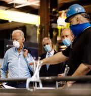 Biden på besök i metallindustri i Dunmore. Matt Slocum / TT NYHETSBYRÅN