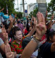 Demokratiaktivister höjer tre fingrar, en symbol för motstånd, utanför domstolen i Bangkok, Thailand, 20 augusti 2020. Gemunu Amarasinghe / TT NYHETSBYRÅN