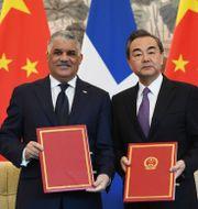 Dominikanska republikens utrikesminister Miguel Vargas och Kinas utrikesminister Wang Yi.  GREG BAKER / AFP
