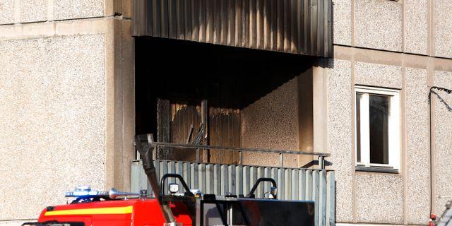 Stor brand i lagenhet man hoppade fran balkongen