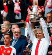 Wenger lyfter FA-cupbucklan efter lördagens final. IAN KINGTON / AFP
