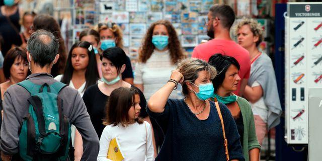 Människor med munskydd i Bayonne södra Frankrike. Bob Edme / TT NYHETSBYRÅN