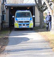 Den misstänkte för Vetlandaattacken körs i polisbil till häktningsförhandlingen i Eksjö tingsrätt Mikael Fritzon/TT / TT NYHETSBYRÅN