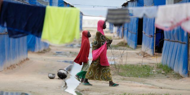 En kvinna och ett barn i ett flyktingläger i Maiduguri, Nigeria. Sunday Alamba / TT NYHETSBYRÅN