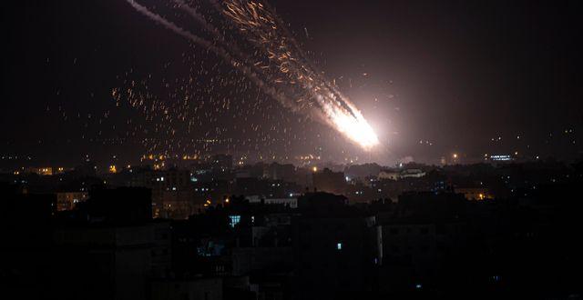 Arkivbild. Raket avfyras från Gaza mot Israel, 10 maj. Khalil Hamra / TT NYHETSBYRÅN