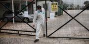 Sjukvårdare lämnar det avskärmade Malakasa-lägret. Yorgos Karahalis / TT NYHETSBYRÅN