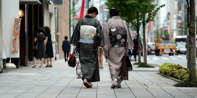 Japanska kvinnor i kimono. Eugene Hoshiko / TT NYHETSBYRÅN