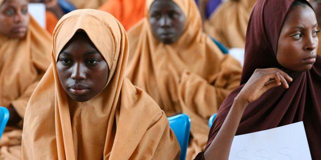 Några av flickorna som fick återvända till Dapchi på onsdagen. AFOLABI SOTUNDE / TT NYHETSBYRÅN