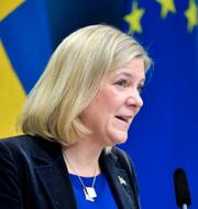Magdalena Andersson och V-ledaren Nooshi Dadgostar TT