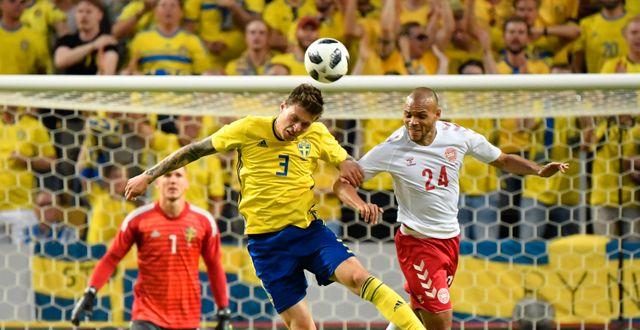 Sveriges Victor Nilsson Lindelöf i luftduell med Martin Braithwaite under förra landskampen mot Danmark, 2018. Björn Larsson Rosvall/TT / TT NYHETSBYRÅN