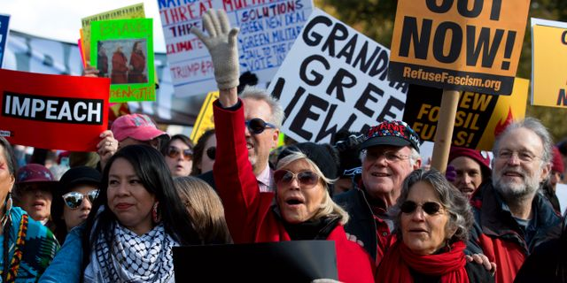 Jane Fonda i täten för en klimatdemonstration i Washington, USA.  Jose Luis Magana / TT NYHETSBYRÅN