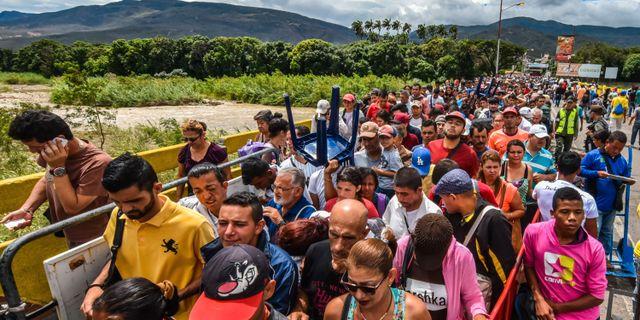 Venezuelaner vid gränsen till Colombia. Arkivbild från 25 juli, 2017.  LUIS ACOSTA / AFP