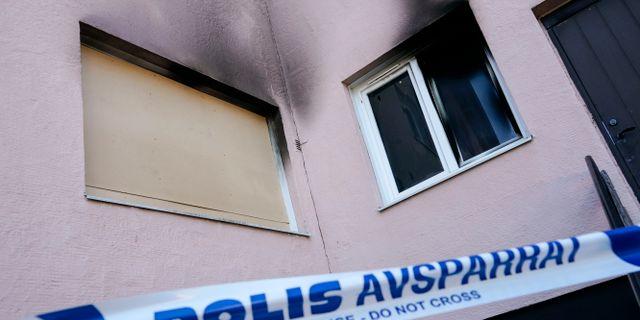 Polisens avspärrningar runt den brandhärjade bönelokalen på Finjagatan i Hässleholm. Johan Nilsson/TT / TT NYHETSBYRÅN