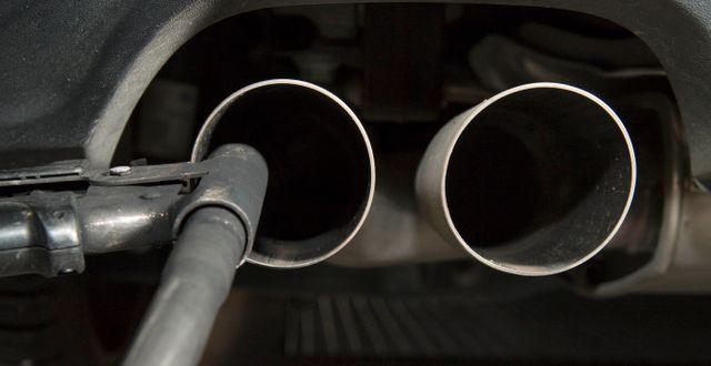 Arkivbild: En slang i avgasröret mäter utsläppen på en Volkswagen Golf i Tyskland.  THOMAS KIENZLE / AFP