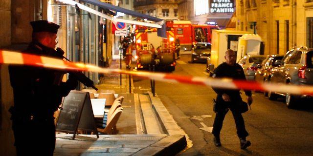 Polis undersöker platsen efter gårdagens dåd i Paris. Thibault Camus / TT / NTB Scanpix