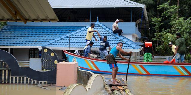 Fiskare undsätter drabbade av översvämningen.  Aijaz Rahi / TT / NTB Scanpix