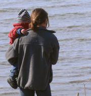 En mamma med sitt barn. Illustrationsbild.  Hasse Holmberg