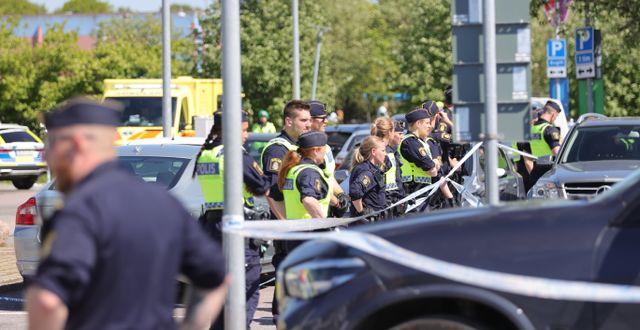 Polis på plats efter dödsskjutningen två dagar efter upploppet. Adam Ihse/TT / TT NYHETSBYRÅN