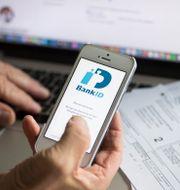 En äldre person betalar räkningar digitalt på nätet. Arkivbild. Fredrik Sandberg/TT / TT NYHETSBYRÅN