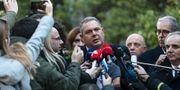 Kammenos uttalar sig för media. Yorgos Karahalis / TT NYHETSBYRÅN