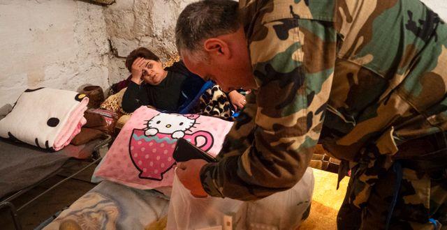 En frivillig läkare ger medicin till en kvinna som befinner sig i ett skyddsrum i Nagorno-Karabach . TT NYHETSBYRÅN