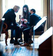 Bill Cassidy talar med medarbetare i senaten under riksrätten Jabin Botsford / TT NYHETSBYRÅN